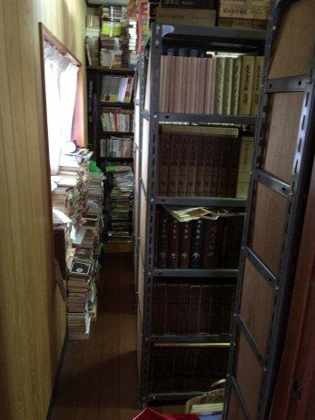 本棚のある部屋の様子
