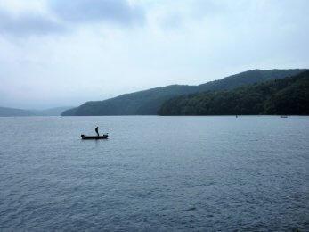 湖面に浮くバスボート