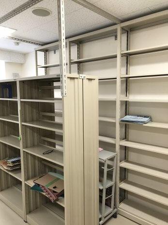 空になった本棚